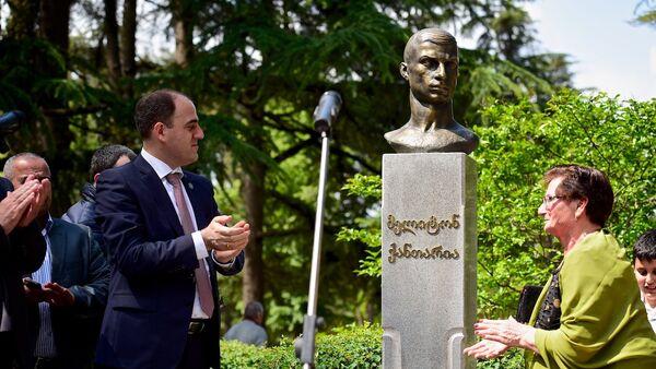 На открытии памятника Мелитону Кантария - мэр Тбилиси Давид Нармания и дочь героя Циала Кантария - Sputnik Грузия