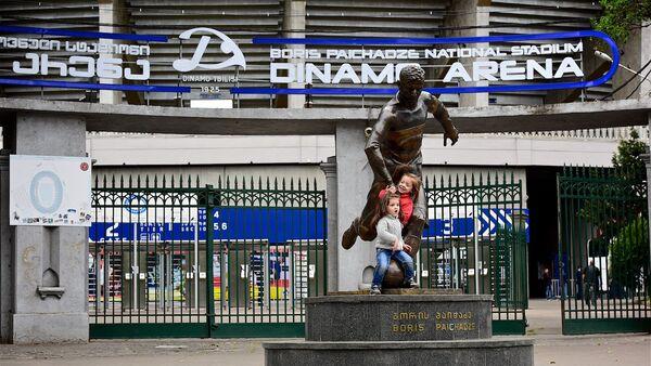 Вход на стадион Динамо Арена им.Бориса Пайчадзе и памятник в его честь. - Sputnik Грузия