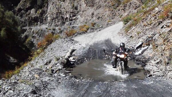 Мотоциклист на горной дороге - Sputnik Грузия