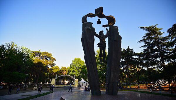 Памятник Деда Эна в парке на набережной Тбилиси - Sputnik Грузия