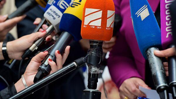 Микрофоны на брифинге - Sputnik Грузия