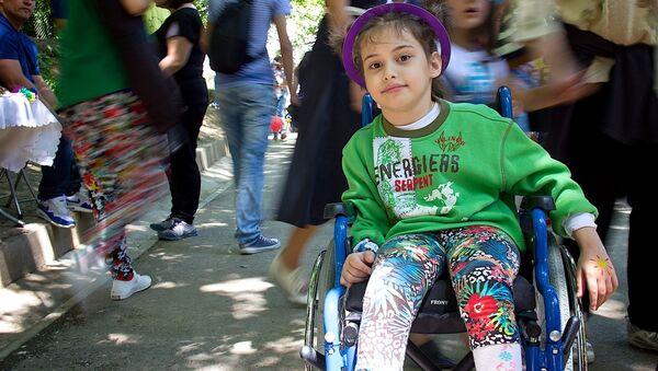 Девочка Татули с ОВЗ на инвалидной коляске в парке Мзиури на детском празднике - Sputnik Грузия