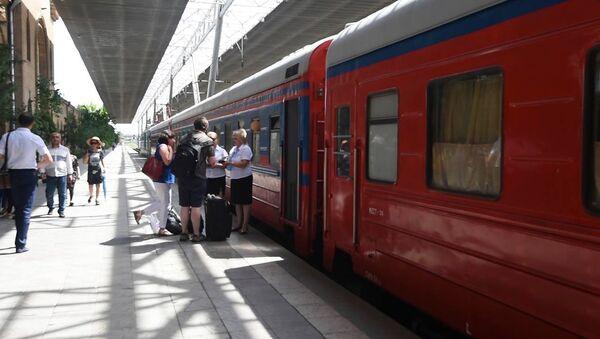Первый в этом году фирменный поезд Армения отправился в путь по маршруту Ереван-Батуми-Ереван - Sputnik Грузия