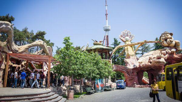 Вход в парк развлечений Бомбора на горе Мтацминда, Тбилисская телебашня - Sputnik Грузия