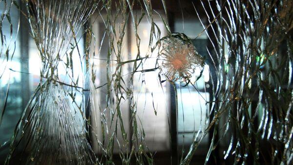 Стекло на двери в аэропорту Ататюрка в Стамбуле, поврежденное в результате теракта - Sputnik Грузия
