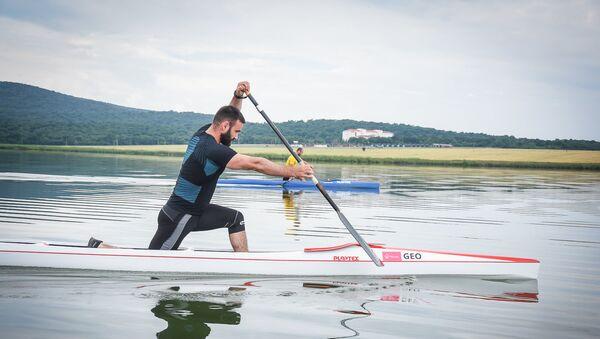 Заза Надирадзе тренируется на озере Базалети - Sputnik Грузия