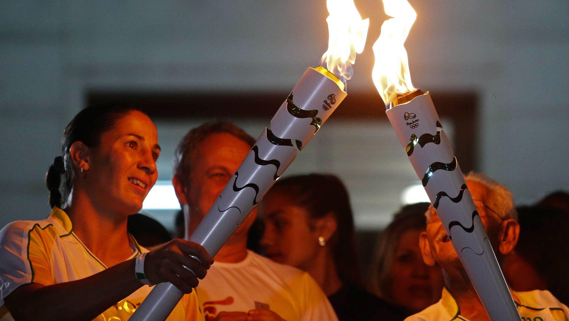 Спортсмены участвуют в эстафете олимпийского огня в Бразилии - Sputnik Грузия, 1920, 03.06.2021