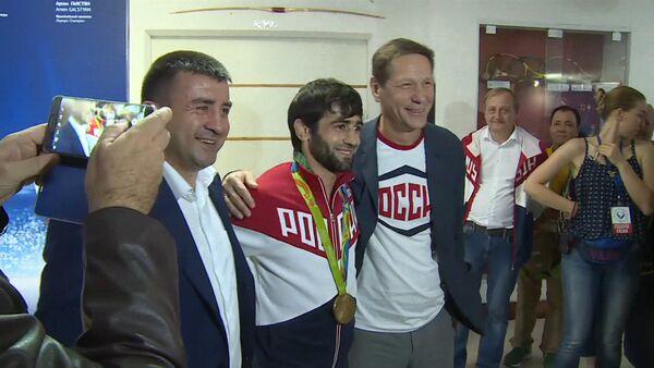 Первый российский чемпион ОИ-2016 показал завоеванную золотую медаль - Sputnik Грузия