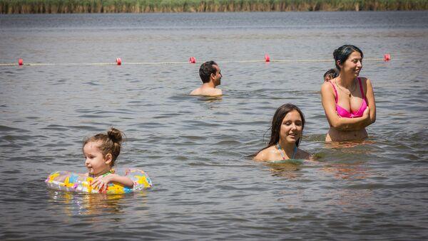 Отдых в летнюю жару - пляж озера Лиси - Sputnik Грузия