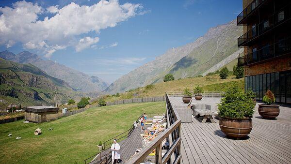 Вид на окружающий горный пейзаж с территории фешенебельного отеля в Степанцминда - Sputnik Грузия