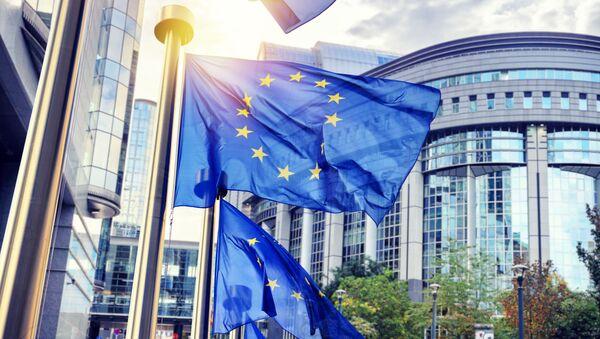 Флаги Евросоюза перед зданием Еврокомиссии в Брюсселе - Sputnik Грузия