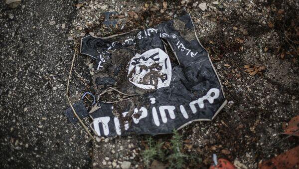 Флаг радикальной исламистской организации Исламское государство Ирака и Леванта на месте боев в провинции Латакия - Sputnik Грузия