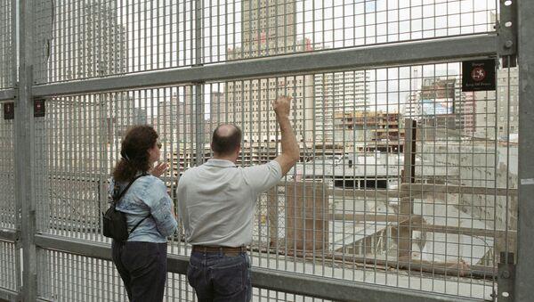 Жители Нью-Йорка у заграждения на месте взрыва Всемирного торгового центра. - Sputnik Грузия