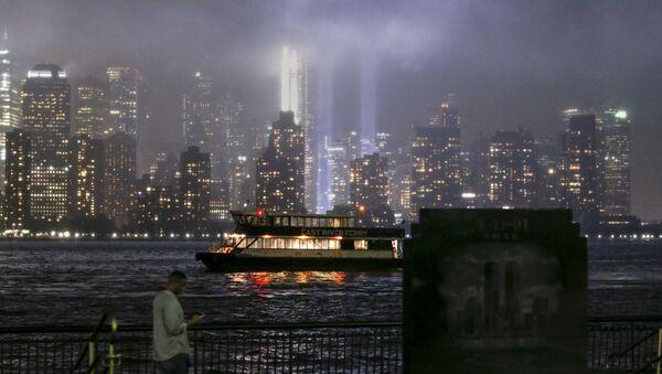Световая проекция в память о жертвах теракта 11 сентября 2001 года на месте разрушенного Всемирного торгового центра - Sputnik Грузия
