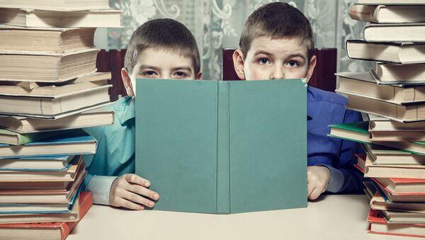 წიგნებში ჩაფლული მოსწავლეები - Sputnik საქართველო