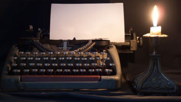 Печатная машинка при свете свечи - Sputnik Грузия