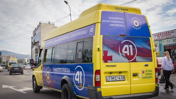 Предвыборные плакаты, размещенные на одном из маршрутных микроавтобусов - Sputnik Грузия