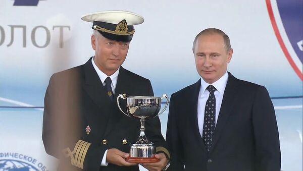 Черноморская регата: Путин вручил кубок экипажу фрегата Мир - Sputnik Грузия