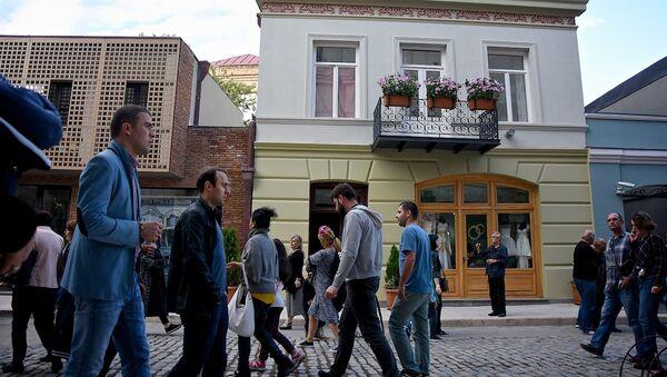 Люди гуляют по проспекту Агмашенебели - Sputnik Грузия