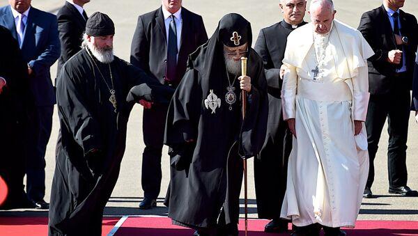 Католикос-Патриарх Всея Грузии Илия Второй и Папа Римский Франциск во время церемонии встречи главы Римско-Католической церкви в тбилисском аэропорту - Sputnik Грузия