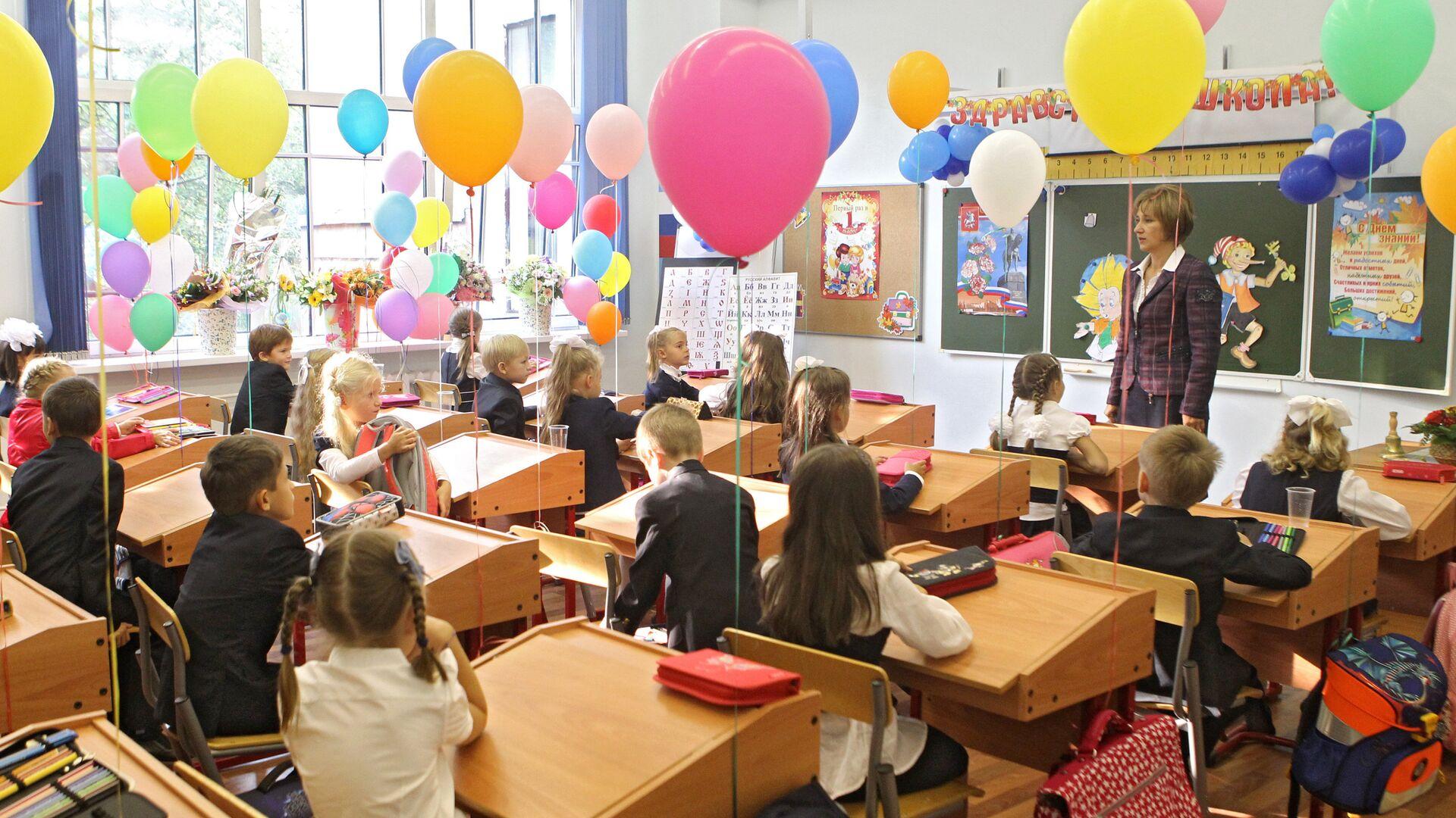 Первоклассники на школьном уроке - Sputnik Грузия, 1920, 01.09.2021