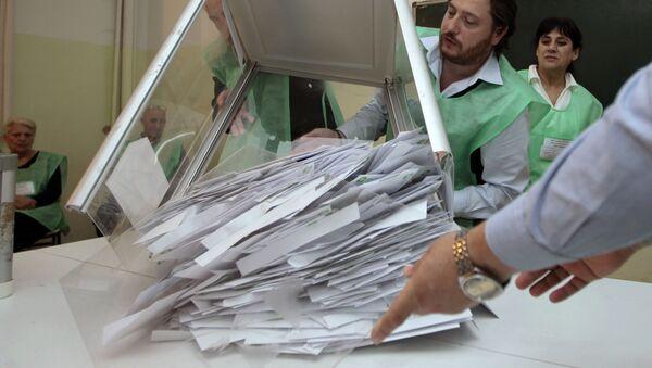 Члены избирательной администрации после выборов на одном из участков подсчитывают голоса - Sputnik Грузия
