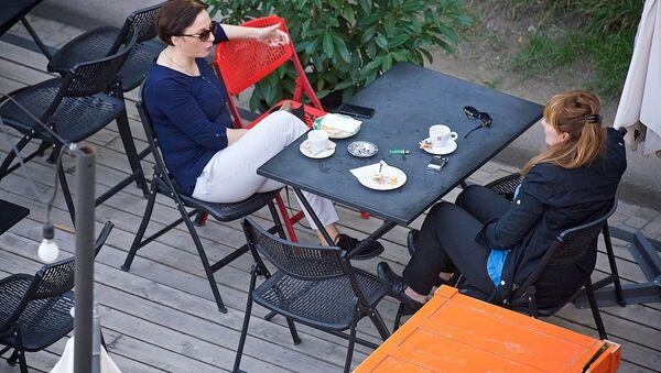 Девушки в уличном кафе на тбилисской набережной - Sputnik Грузия