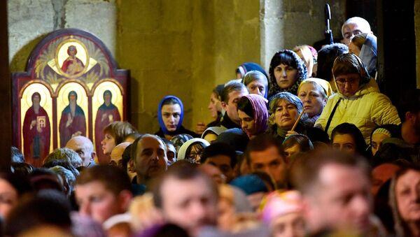 Люди на богослужении в храме Светицховели в день праздника Мцхетоба-Светицховлоба - Sputnik Грузия