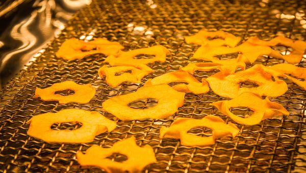 Процесс обжаривания яблок и приготовления яблочных чипсов - Sputnik Грузия