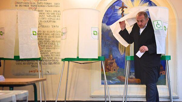 Президент Грузии Георгий Маргвелашвили принимает участие в голосовании - Sputnik Грузия