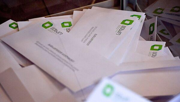 Избирательные бюллетени в урне для голосования во время выборов - Sputnik Грузия