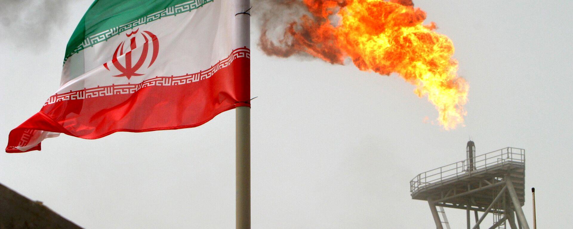 Флаг Ирана на фоне горящего факела на нефтедобывающей платформе - Sputnik Грузия, 1920, 12.08.2021