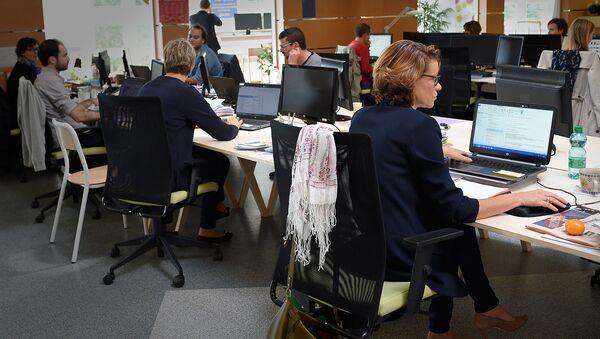 Сотрудники одного из офисов работают за компьютерами - Sputnik Грузия