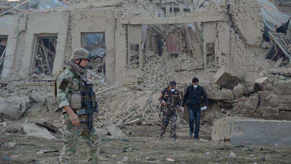 Сотрудники Службы безопасности Афганистана работают на месте взрыва у консульства Германии - Sputnik Грузия