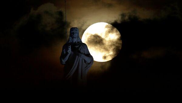 მთვარე იესო ქრისტეს ქანდაკების ფონზე,  ჰავანა - Sputnik საქართველო