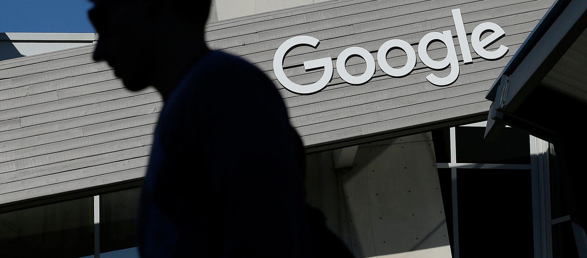 Человек проходит мимо здания кампуса Google в Маунтин-Вью, Калифорния - Sputnik Грузия, 1920, 09.07.2021