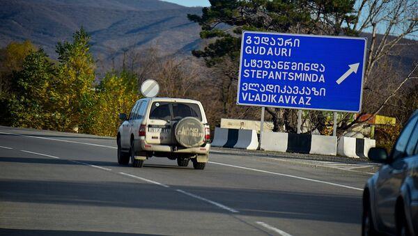 Дорожный указатель у поселка Натахтари, показывающий направление движения к Гудаури, Степанцминда и Владикавказу - Sputnik Грузия