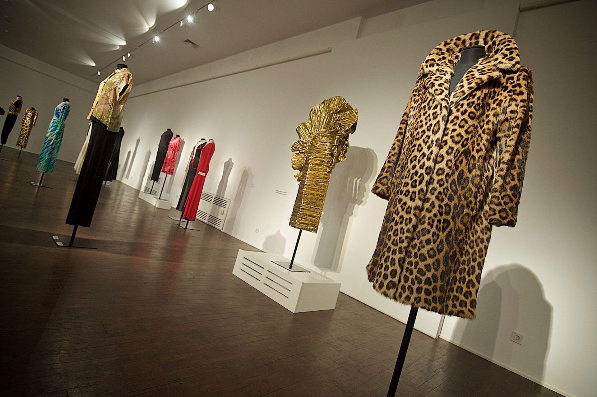 Выставка 60 лет истории итальянской моды - справа на первом плане шуба из леопарда для Софи Лорен - Sputnik Грузия, 1920, 29.09.2021
