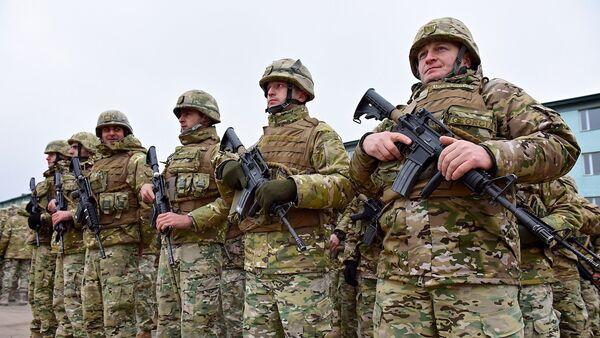 Грузинские военнослужащие с карабинами M4 утром на плацу военной базы в Вазиани - Sputnik საქართველო