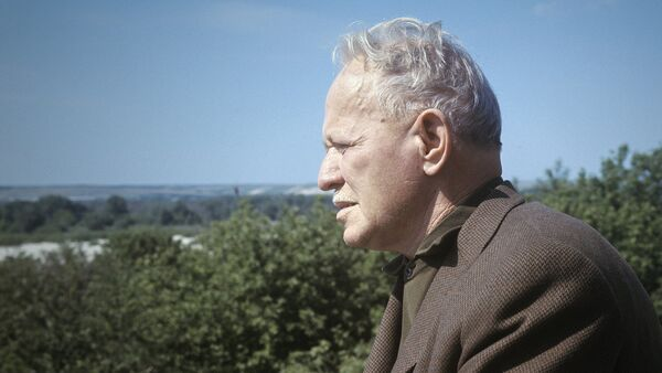 Михаил Шолохов на балконе своего дома - Sputnik Грузия