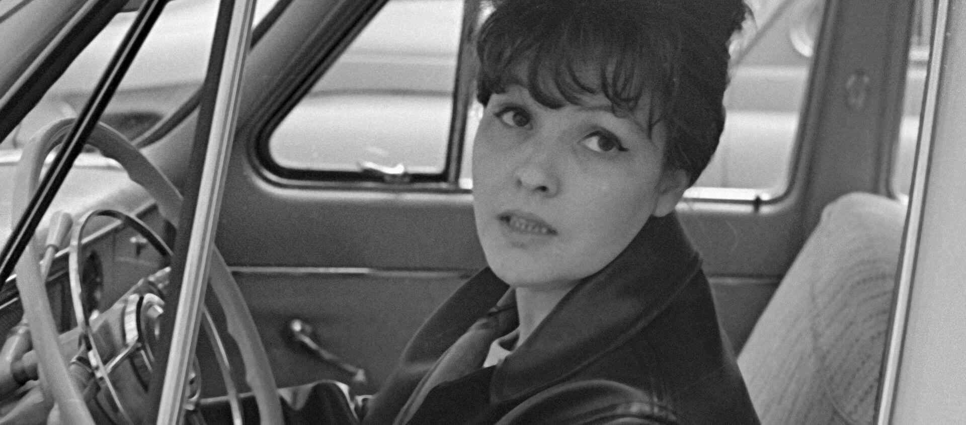 Советская поэтесса Белла Ахмадулина за рулем автомобиля - Sputnik Грузия, 1920, 23.07.2020