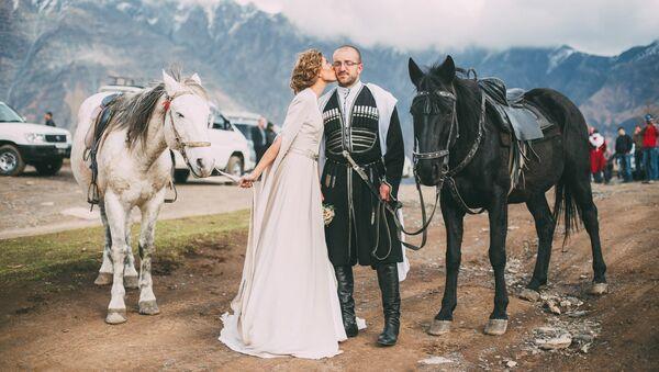 Поцелуй невесты заставил жениха закрыть от счастья глаза - Sputnik Грузия