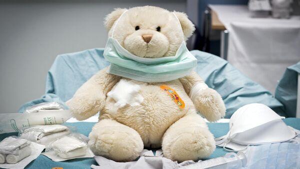 Игрушка медведя в детской больничной палате - Sputnik Грузия