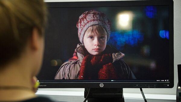 """გოგონა უყურებს კომპიუტერზე ფილმს """"მარტო სახლში"""" - Sputnik საქართველო"""