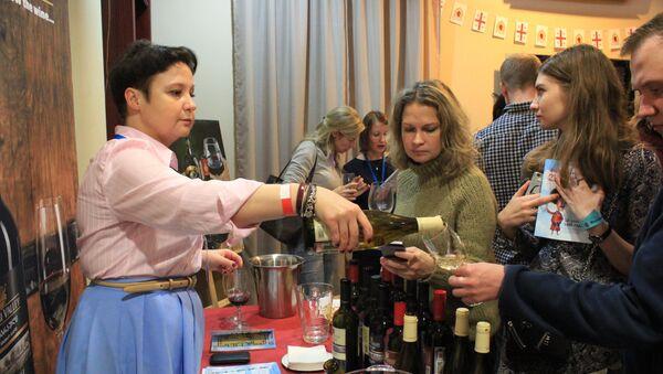 Гости дегустируют вино на фестивале грузинских вин в Москве - Sputnik Грузия