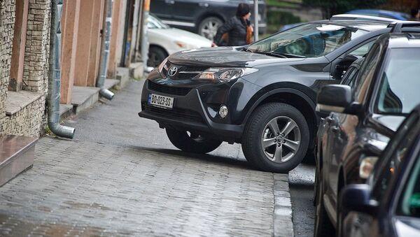 Машина, припаркованная на тротуаре с нарушением правил - Sputnik Грузия