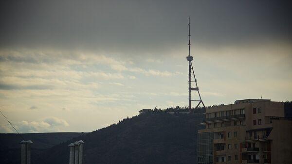 Тбилисская телевышка на горе Мтацминда на фоне туч над городом - Sputnik Грузия