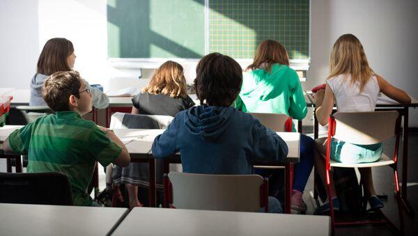Школьники на уроке - Sputnik Грузия