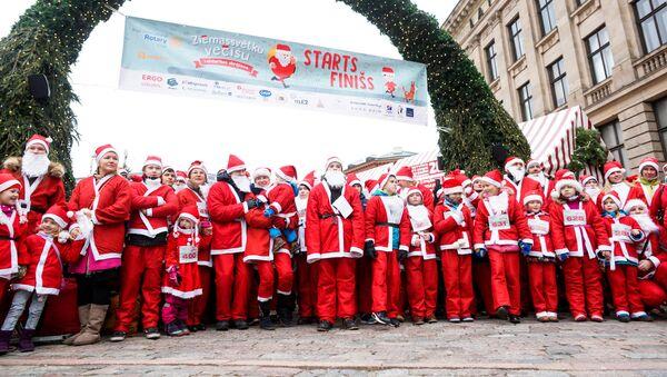 Сотни Санта Клаусов пробежали по Риге, участвуя в благотворительной акции - Sputnik Грузия