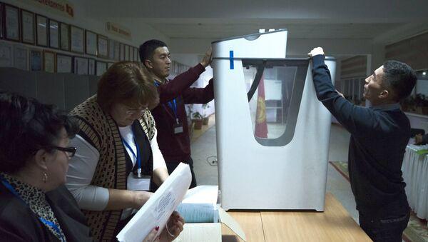 Подсчет голосов на избирательном участке после референдума о внесении изменений в конституцию Киргизии - Sputnik Грузия